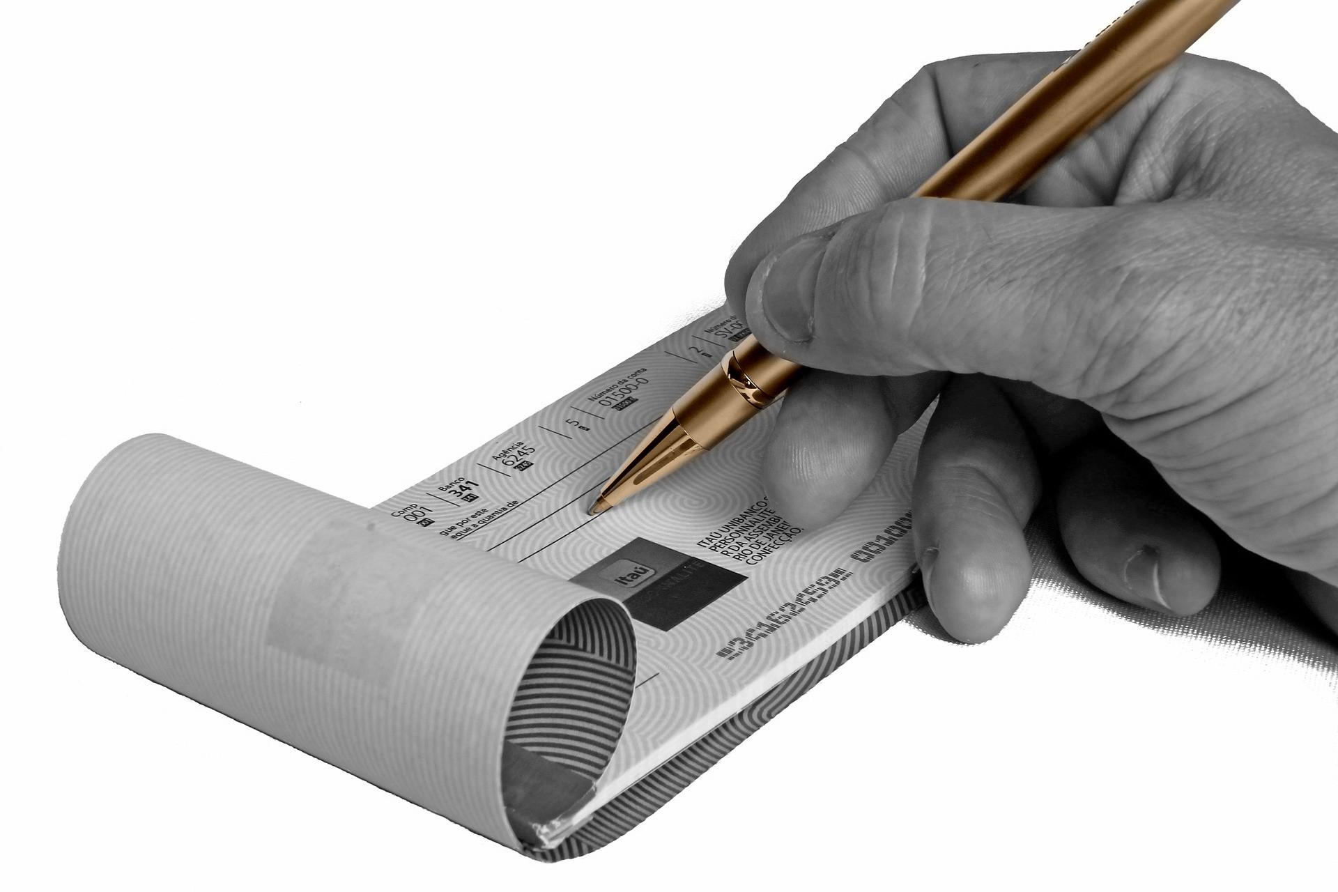 Falsificazione di assegni: reato o no?
